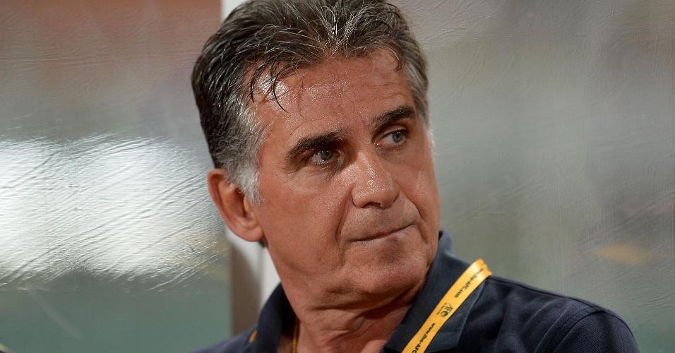15.nov.2013 - Carlos Queiroz, treinador da seleção do Irã, observa os jogadores de sua equipe durante a vitória por 3 a 0 sobre a Tailândia pelas eliminatórias da Copa da Ásia
