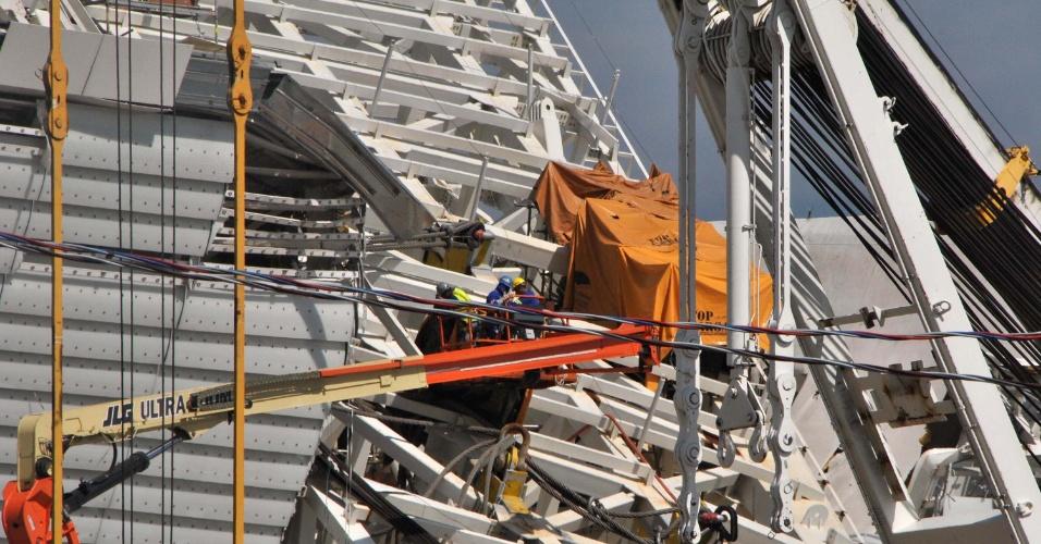 17.01.14 - Técnicos iniciam operação para retirada de estrutura que caiu no Itaquerão
