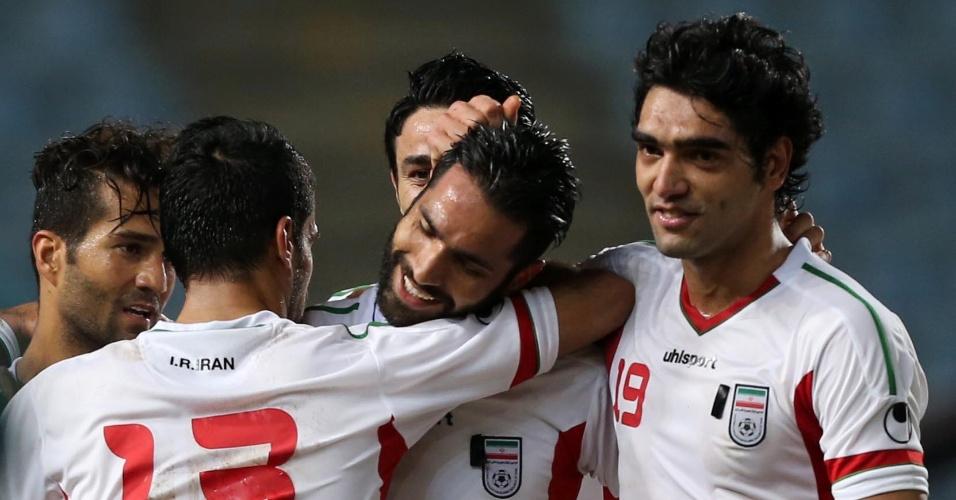 19.nov.2013 - Amir Hossein Sadeghi recebe os cumprimentos dos companheiros após marcar um dos gols da vitória por 4 a 1 sobre o Líbano pelas eliminatórias da Copa da Ásia