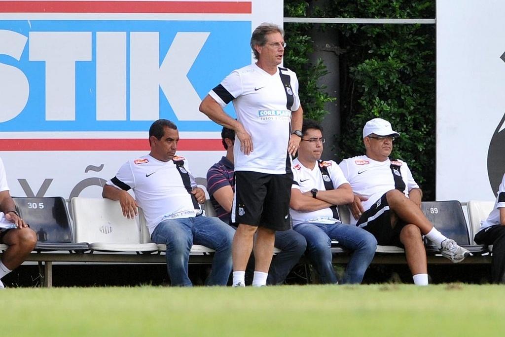 Técnico Oswaldo de Oliveira pede para a diretoria do Santos repor a perda de jogadores