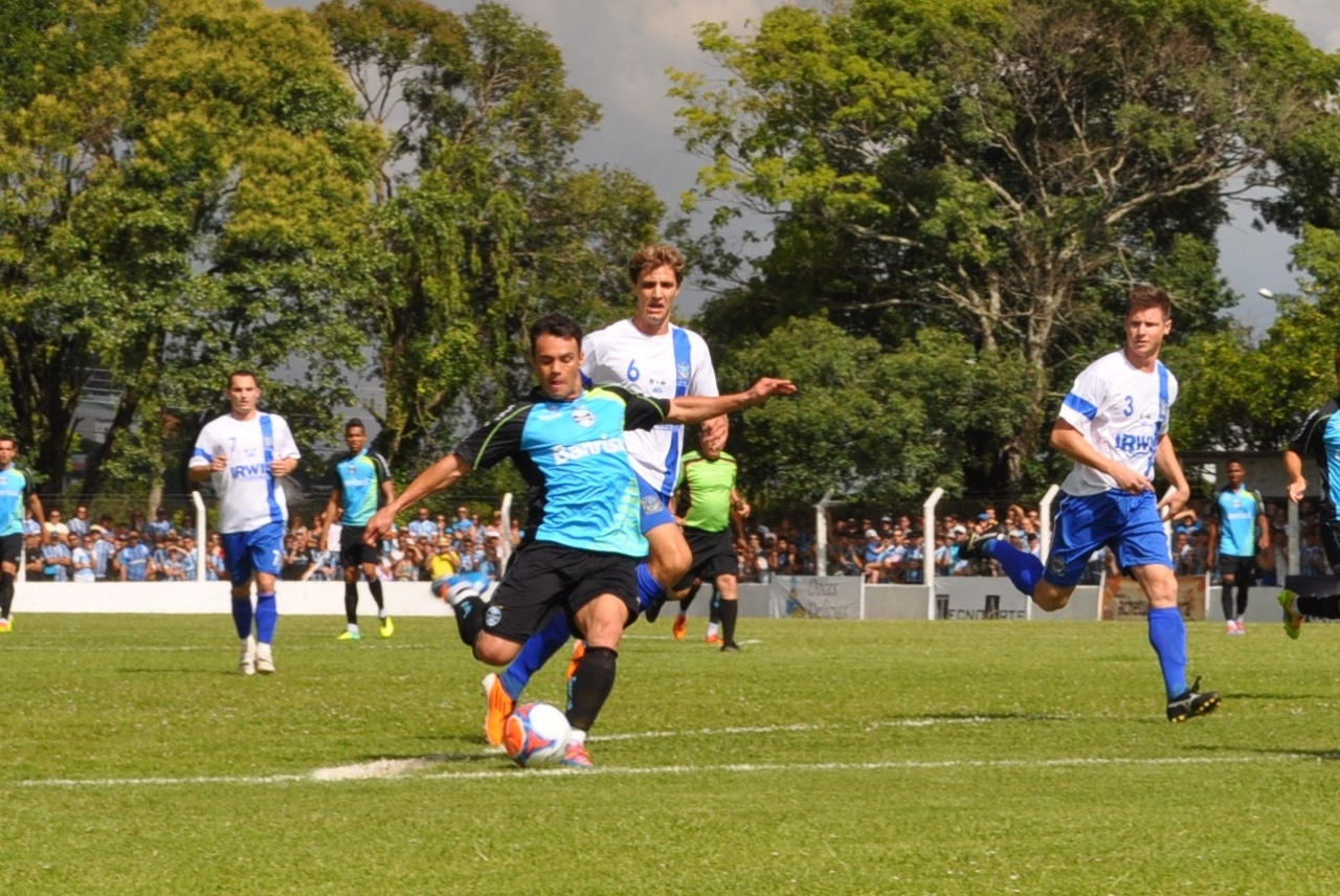 18 jan 2014 - Kleber Gladiador marcou dois gols no jogo-treino do Grêmio