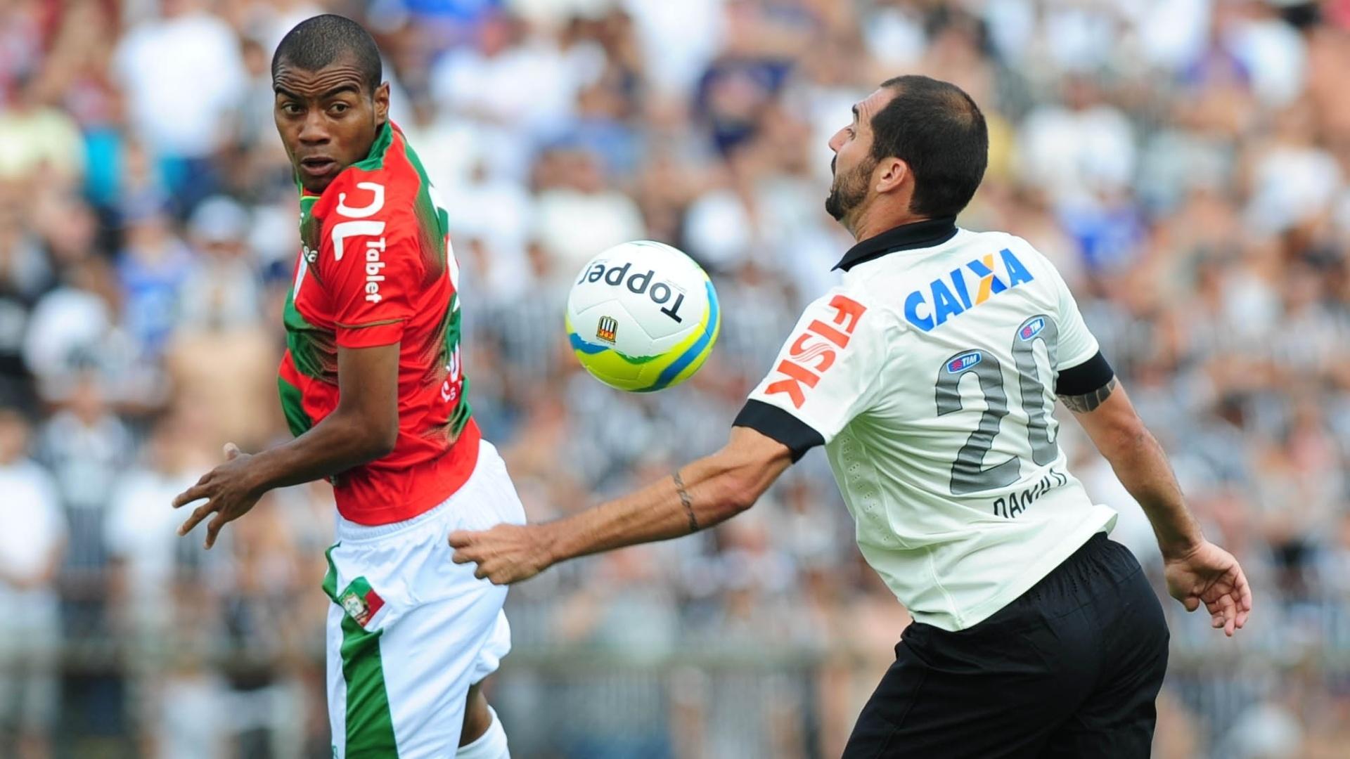 19.jan.2014 - Danilo domina a bola no peito enquanto é marcado de perto por jogador da Portuguesa