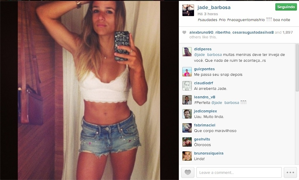 19.jan.2014 - De top e shortinho, Jade Barbosa exibe corpão e diz ter saudades do calor do Rio de Janeiro