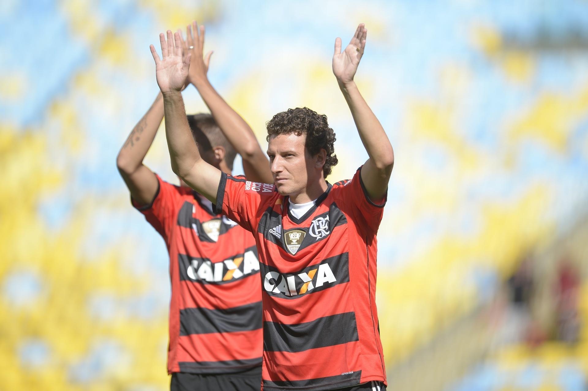 19.jan.2014 - Elano cumprimenta torcida do Flamengo durante apresentação de reforços no Maracanã