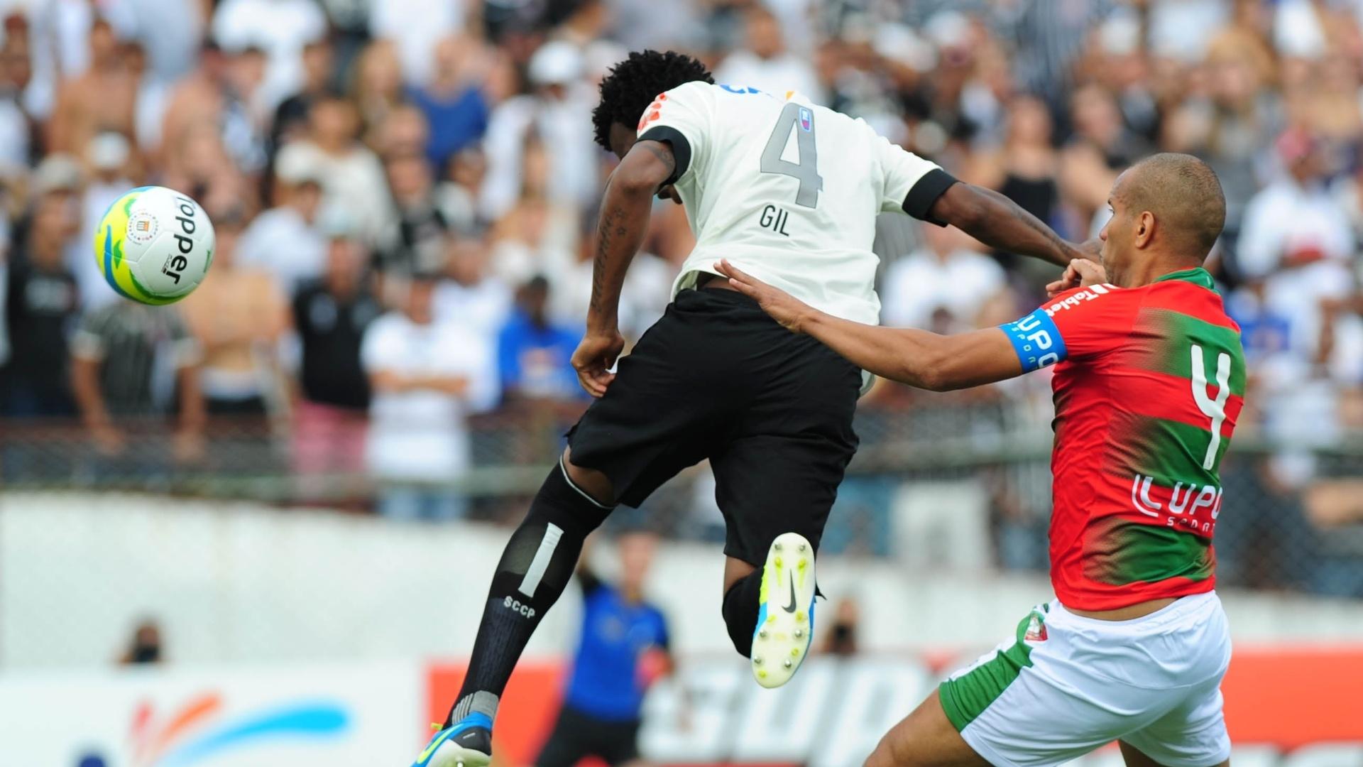 19.jan.2014 - Gil cabeceia para o fundo do gol, mas o auxiliar marca impedimento e o tento é anulado