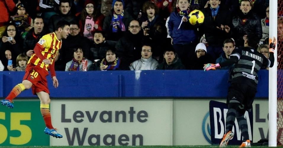 19.jan.2014 - Goleiro do Levante, Keylor Navas faz grande defesa após cabeçada de Lionel Messi, do Barcelona