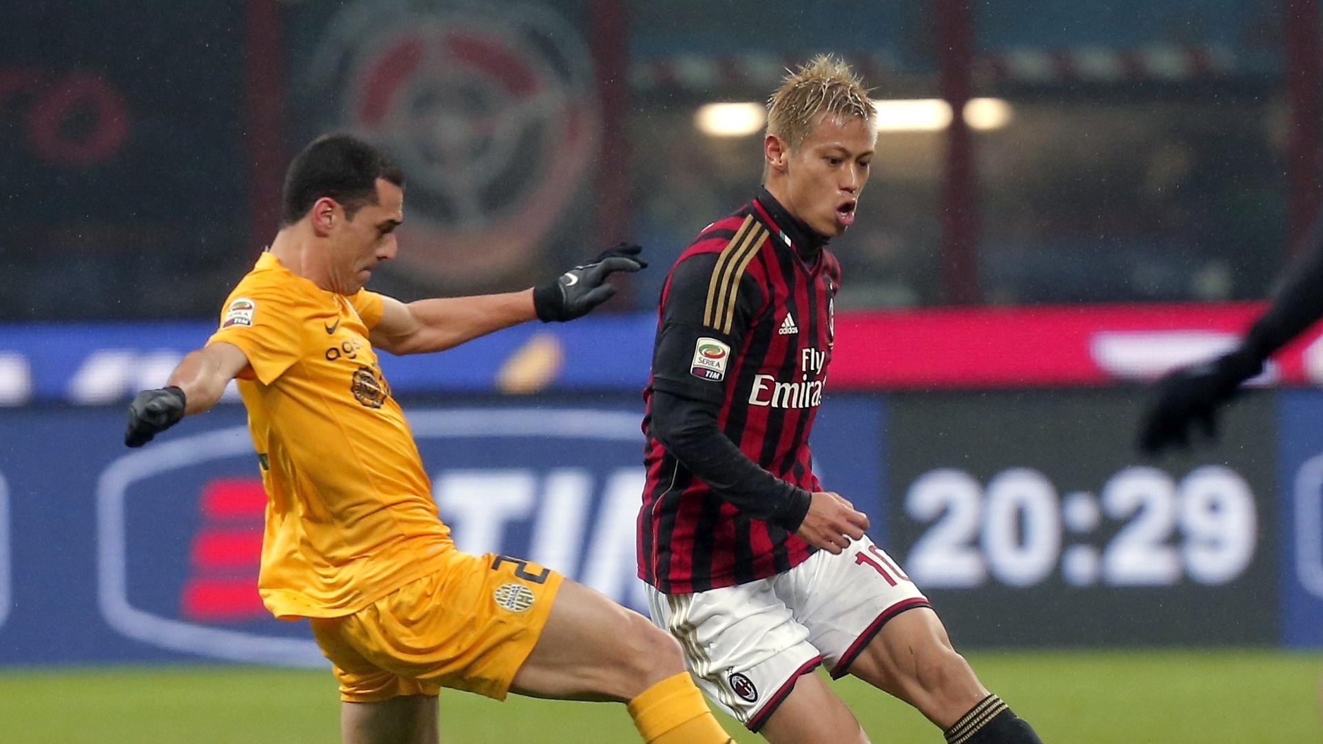 19.jan.2014 - Japonês Keisuke Honda, do Milan, tenta passa durante partida contra o Hellas Verona