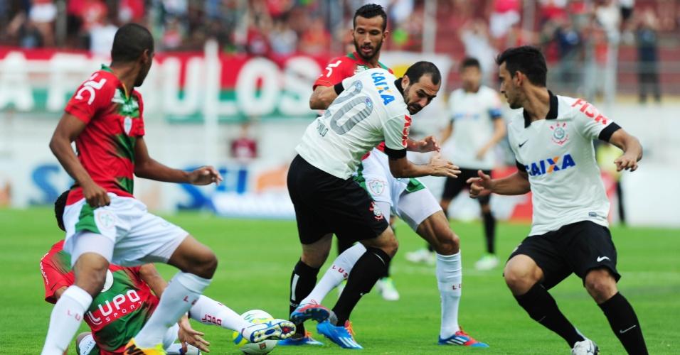 19.jan.2014 - Jogadores de Corinthians e Portuguesa disputam bola no meio de b42f3c63af112
