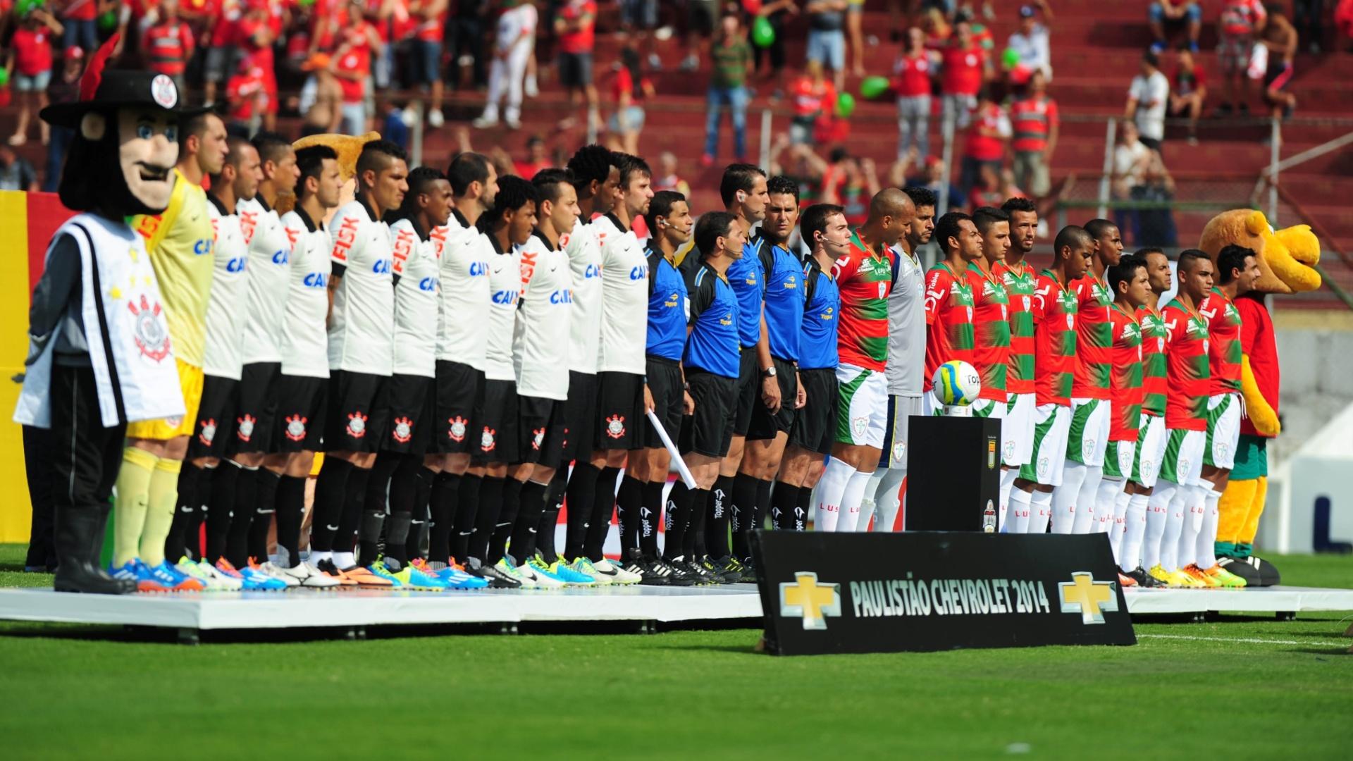 19.jan.2014 - Jogadores de Corinthians e Portuguesa perfilados para o Hino Nacional Brasileiro antes do início da partida no Canindé