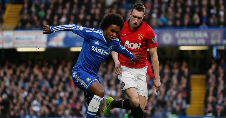 19.jan.2014 - Meia brasileiro Willian conduz a bola enquanto é marcado de perto pelo zagueiro inglês Phil Jones, durante partida entre Chelsea e Manchester United