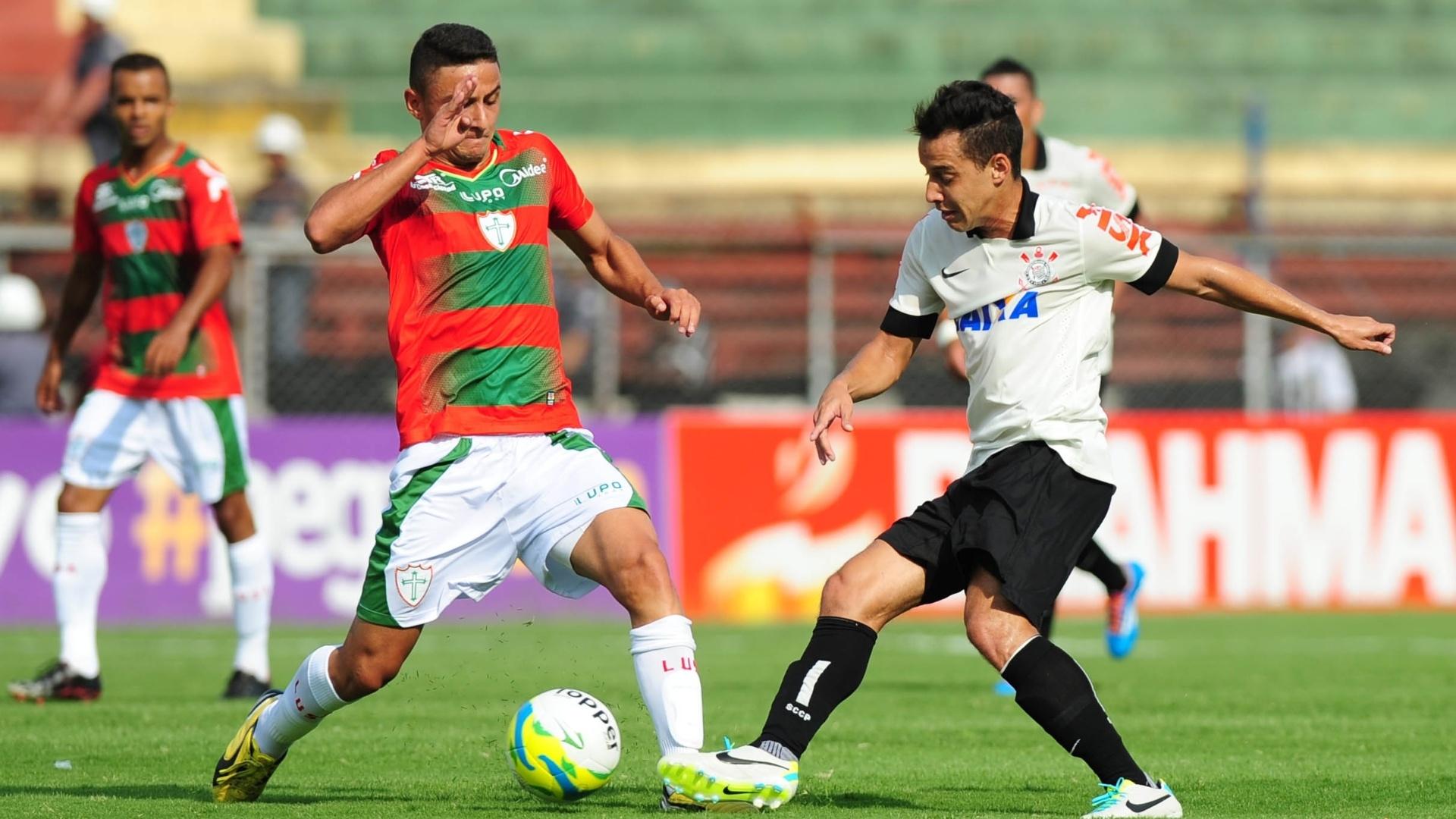 19.jan.2014 - Rodriguinho aplica drible sobre jogador da Portuguesa durante partida no Canindé