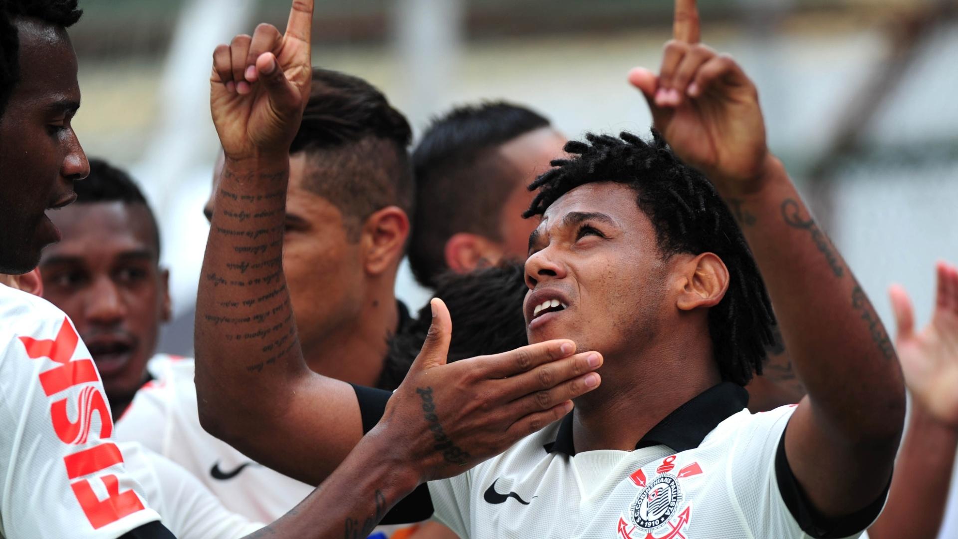 19.jan.2014 - Romarinho comemora com seus companheiros após abrir o placar para o Corinthians contra a Portuguesa