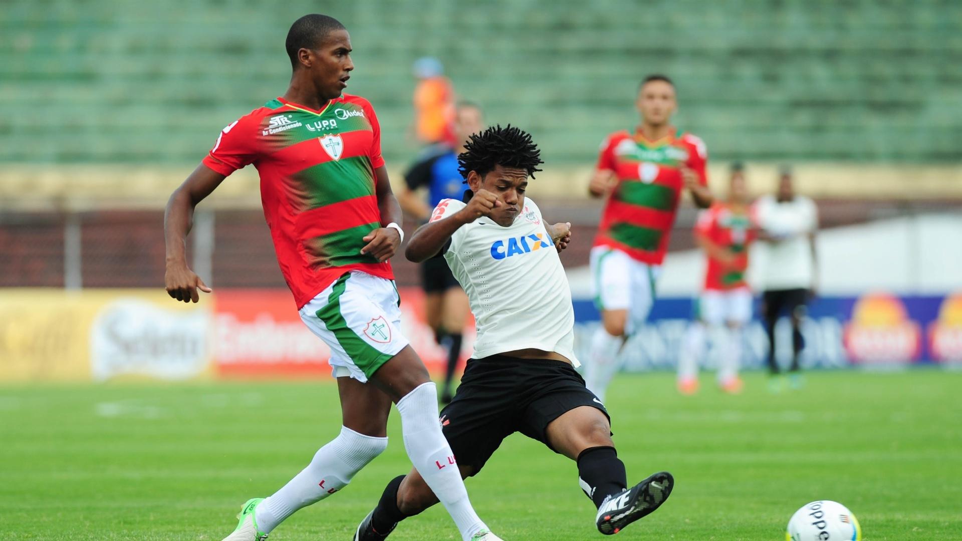 19.jan.2014 - Romarinho disputa bola com Diego Silva da Portuguesa durante partida pelo Campeonato Paulista