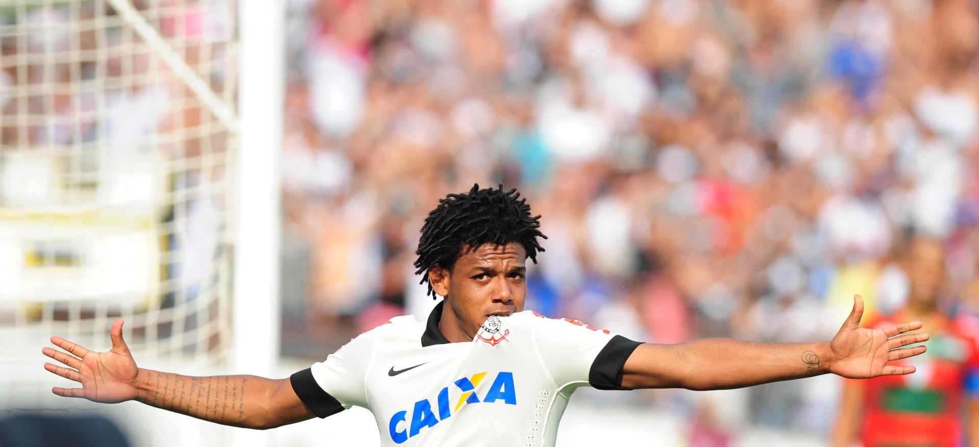 19.jan.2014 - Romarinho vibra após abrir o placar para o Corinthians contra a Portuguesa no Canindé