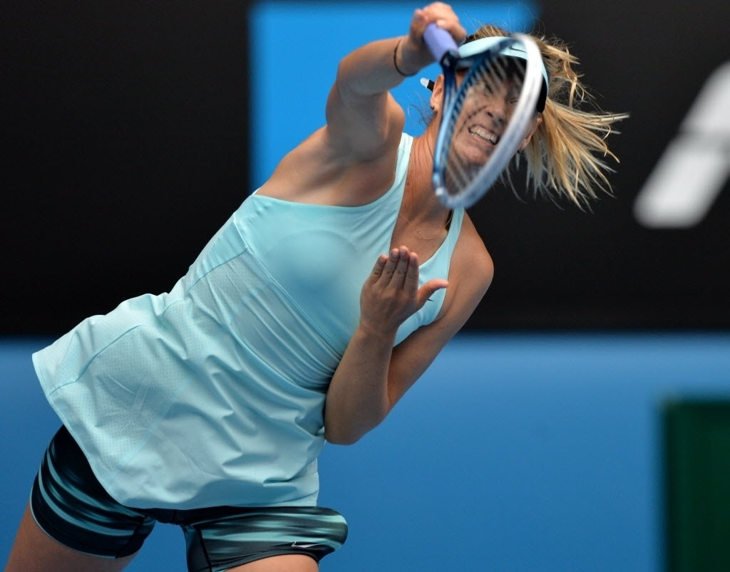 19.jan.2014 - Russa Maria Sharapova rebate bola da eslovaca Dominika Cibulkova durante duelo das oitavas de final do Aberto da Austrália