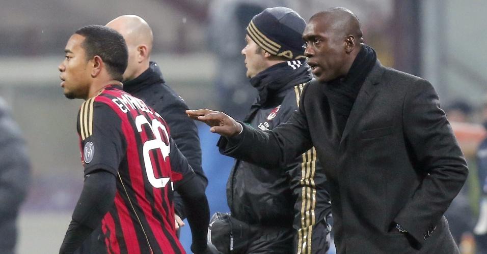 19.jan.2014 - Técnico estreante, Seedorf dá instruções para o meia Urby Emanuelson durante partida do Milan