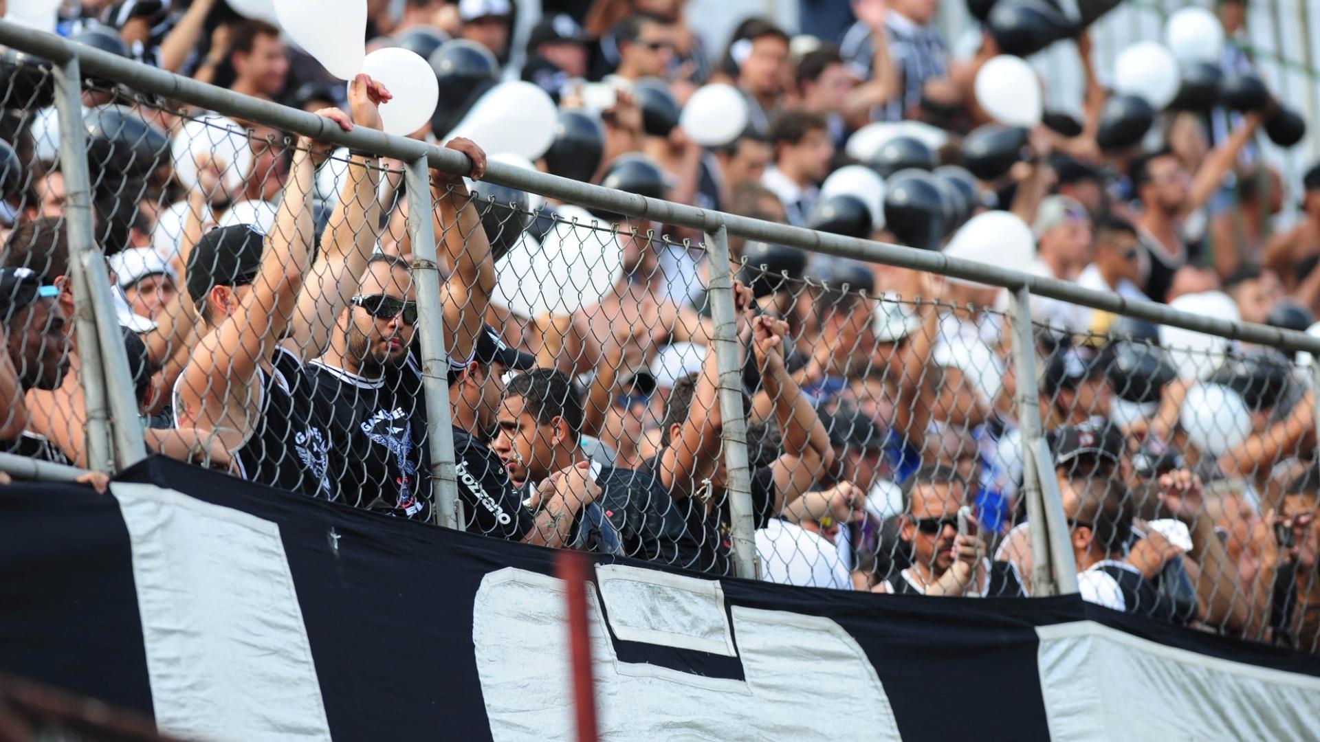 19.jan.2014 - Torcida do Corinthians marca presença na partida contra a Portuguesa no Canindé