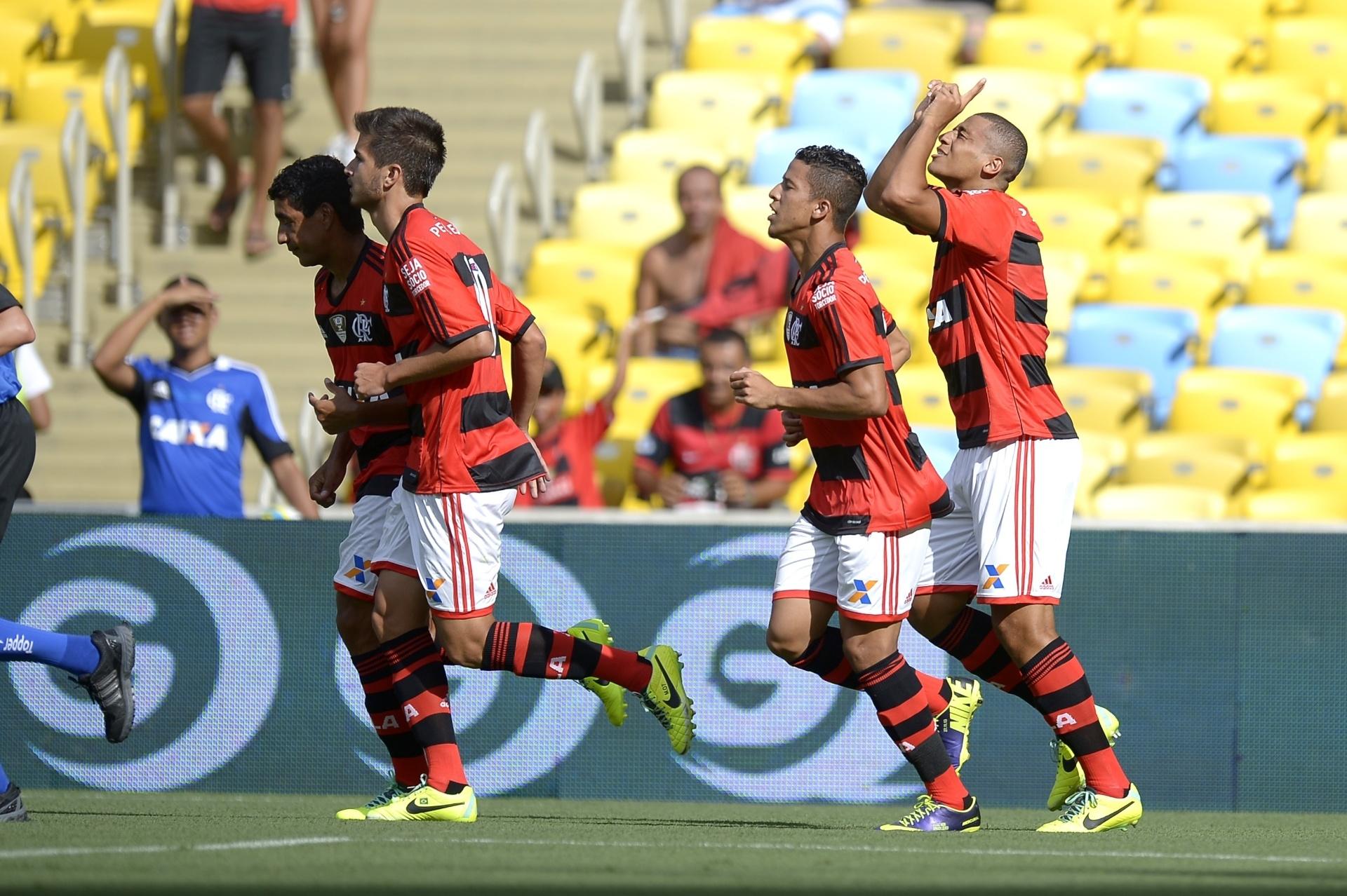 19.jan.2014 - Welinton comemora gol de abertura de placar do Flamengo sobre o Audax, na Taça Guanabara