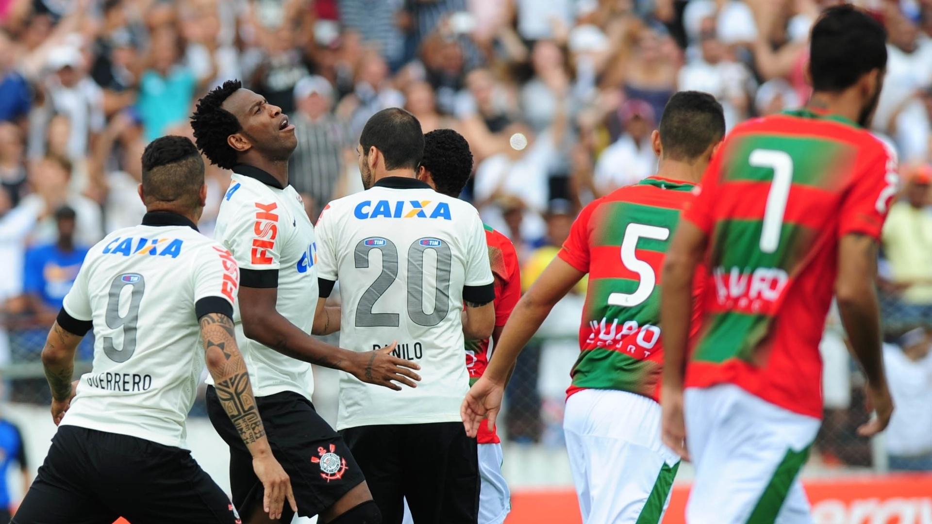 19.jan.2014 - Zagueiro Gil lamenta após ter gol anulado no início de partida entre Corinthians e Portuguesa