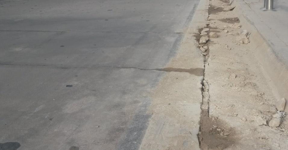 Asfalto entre rua e guia no acesso ao aeroporto de Manaus já está deteriorado apenas quatro meses após a obra ser entregue