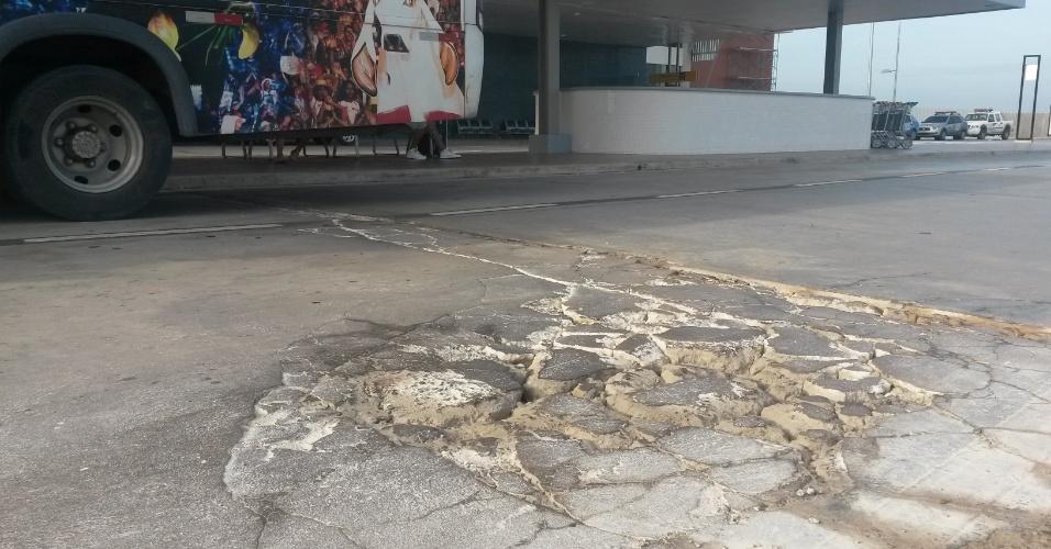Asfalto nas vias de acesso ao aeroporto já está em péssimo estado. Obra foi entregue há quatro meses