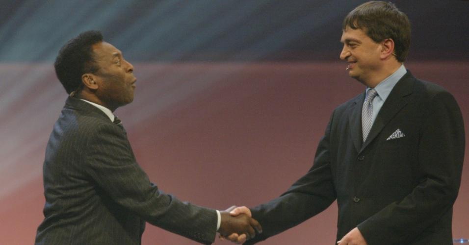 05.12.03 - Jerome Champagne, possível candidato à presidência da Fifa, cumprimenta Pelé em evento de 2003