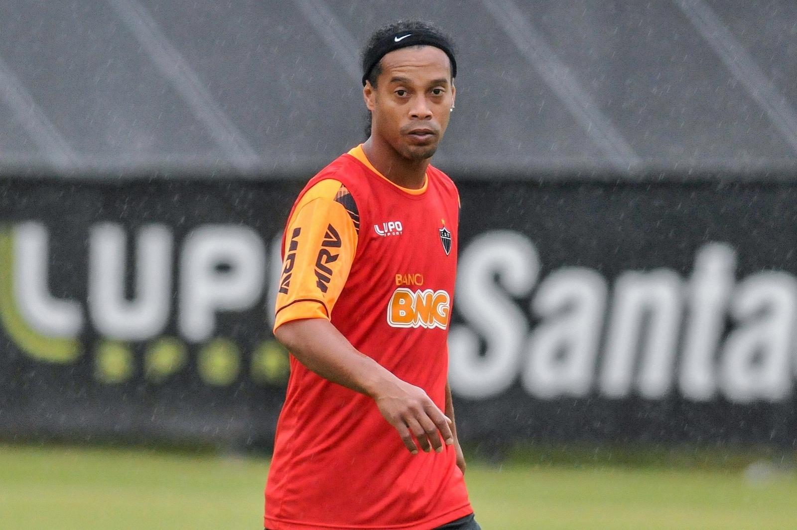 20 jan 2014 - Ronaldinho Gaúcho treina sob chuva em primeiro dia de pré-temporada na Cidade do Galo