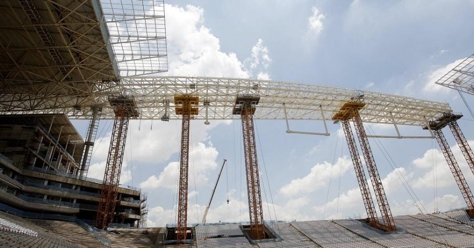 20. jan. 2014 - Secretário geral da Fifa, Jérôme Valcke, visita o Itaquerão para ver como está o andamento das obras do estádio