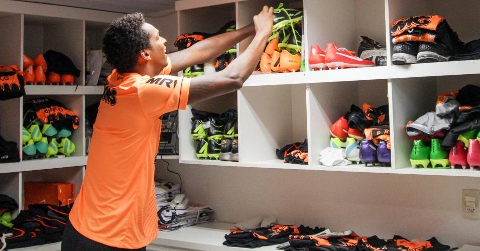 20 na 2014 - Atacante Jô pega o seu material de treino na reapresentação dos titulares do Atlético-MG na Cidade do Galo, em Vespasiano