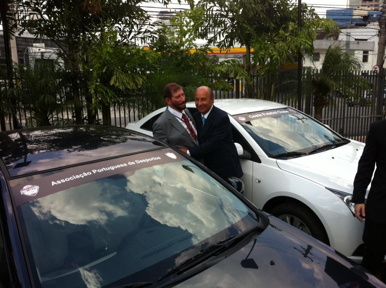 20jan2014 - Presidente da Portuguesa recebe carro de presente da Federação Paulista de Futebol