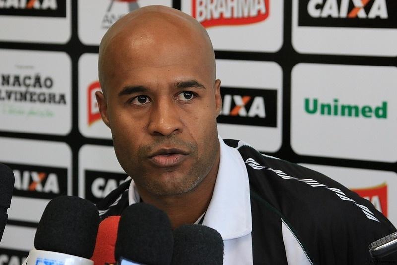 Marcos Assunção conversa com a imprensa em sua apresentação oficial no Figueirense (17/01/2014)