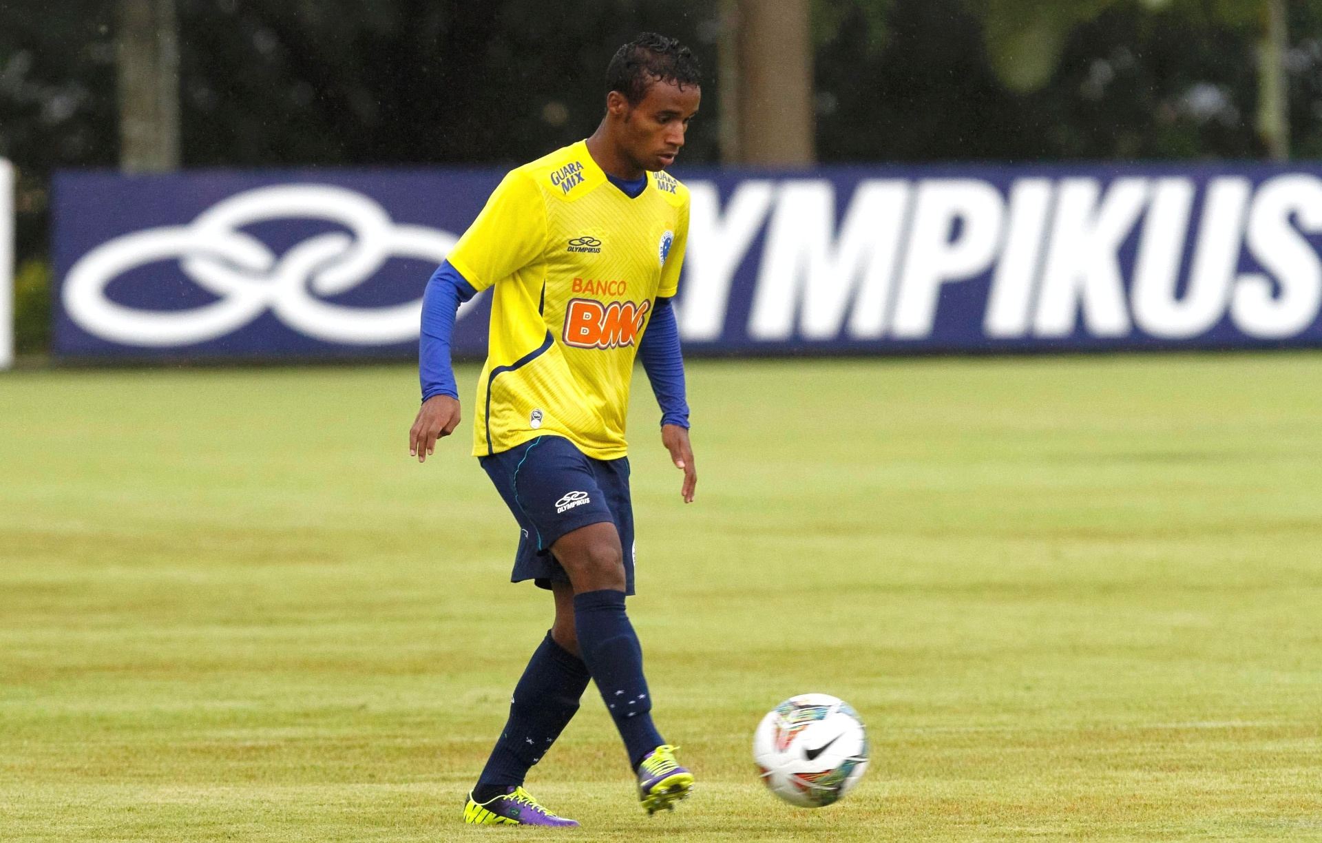 747a9f326b6c7 Elber volta a treinar no Cruzeiro após se recuperar de trauma no olho -  09 05 2014 - UOL Esporte
