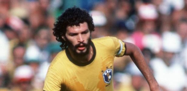 Sócrates, durante a Copa 1982, e o escudo com um ramo de café sobre a Jules Rimet