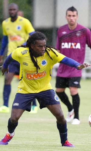 20 jan 2014 - Volante Tinga durante jogo-treino do Cruzeiro com o Atlético-PR na Toca da Raposa II
