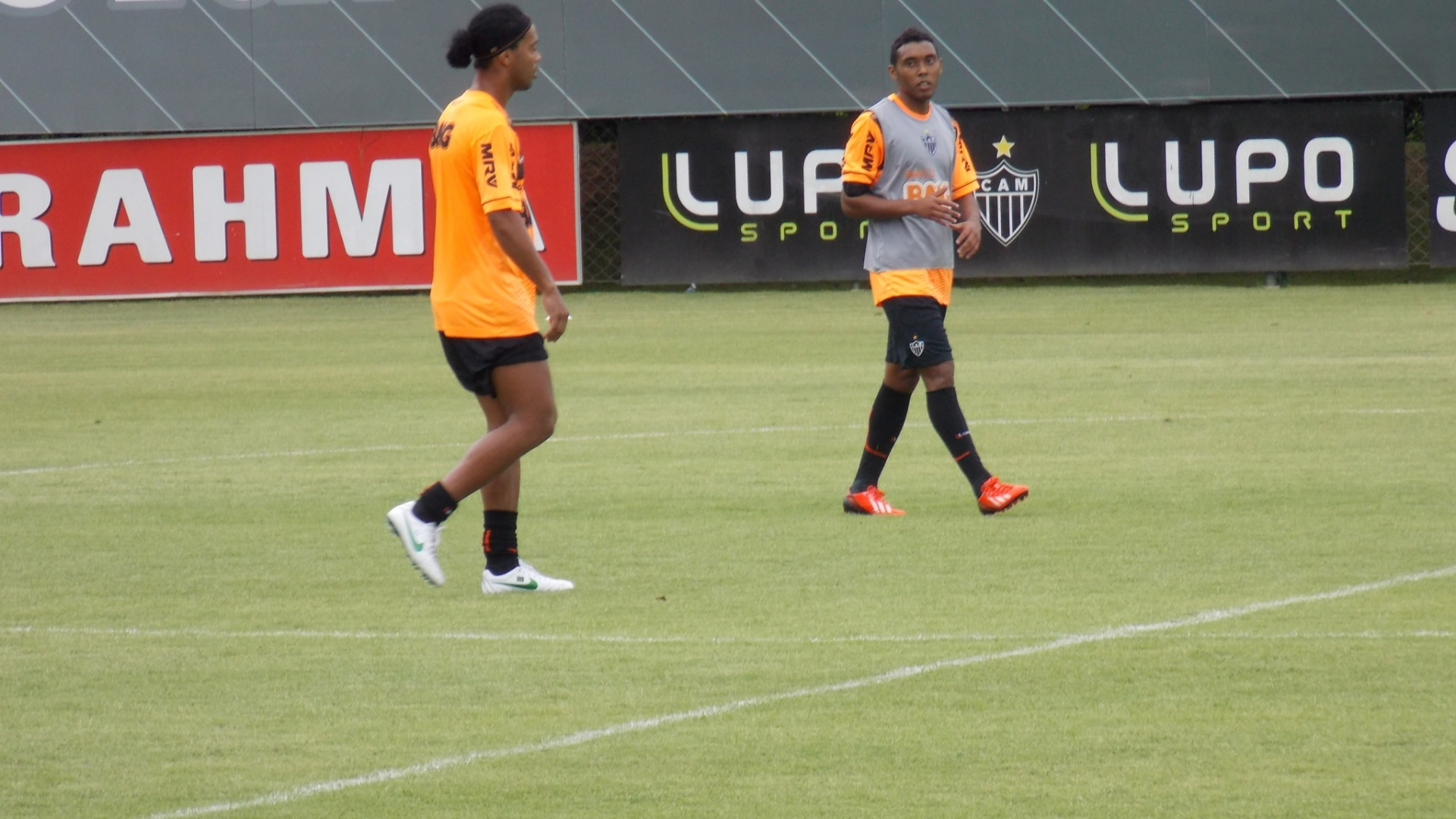 21 jan 2014 - Ronaldinho e o volante Claudinei, que fez seu primeiro treino, antes mesmo de ser oficialmente apresentado pelo Atlético-MG