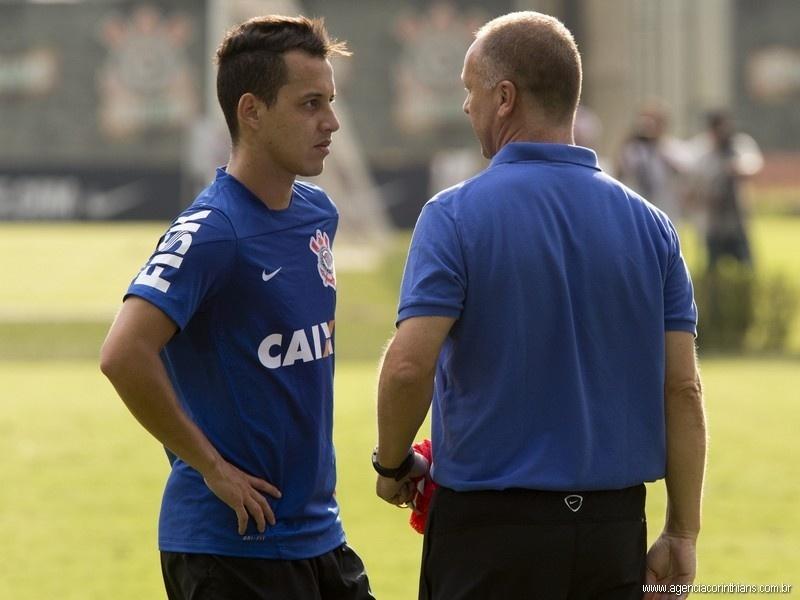 21.01.2014 - Mano Menezes, técnico do Corinthians, conversa com o meia Rodriguinho, novidade promovida por ele em 2014