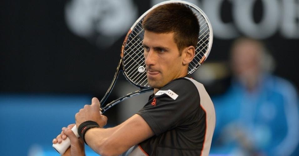 21.jan.2014 - Novak Djokovic tenta a devolução durante partida contra Stanislas Wawrinka pelas quartas de final do Aberto da Austrália