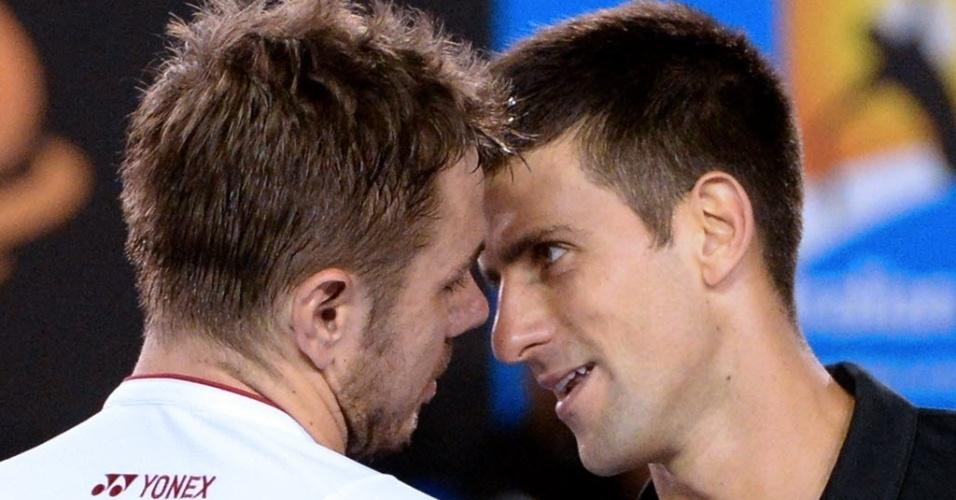 21.jan.2014 - Stanislas Wawrinka e Djokovic conversam após jogarem pelas quartas de final do Aberto da Austrália