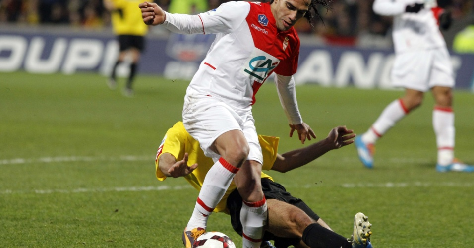 22.jan.2013 - Atacante Falcao Garcia se machuca após entrada de zagueiro do Monts em partida do Monaco