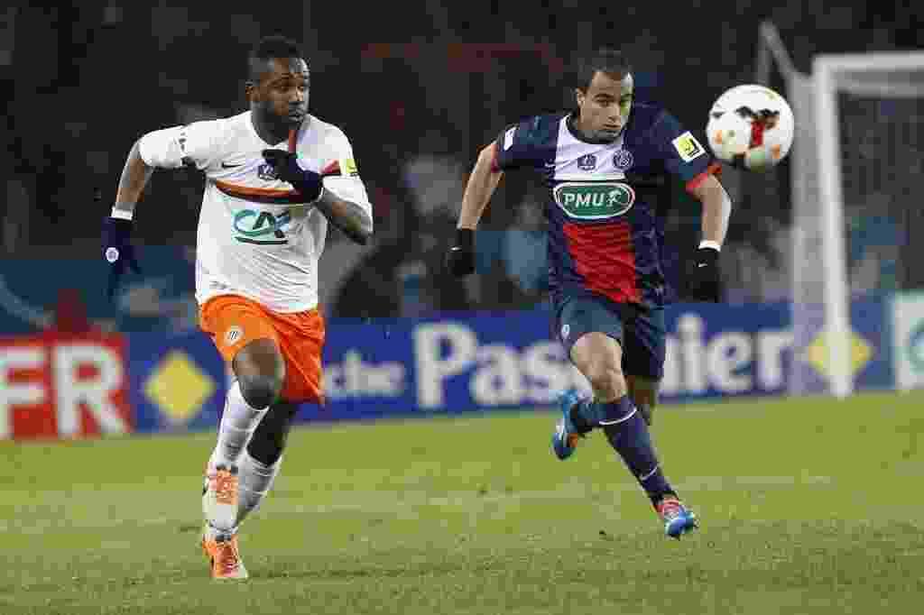 22.jan.2014 - Lucas tenta chegar na bola antes de Siaka Tiene, do Montpellier, durante jogo da Copa da França - AFP PHOTO / THOMAS SAMSON