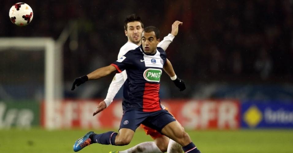22.jan.2014 - Marcado por Mathieu Deplagne, do Montpellier, Lucas tenta dominar a bola durante partida válida pela Copa da França