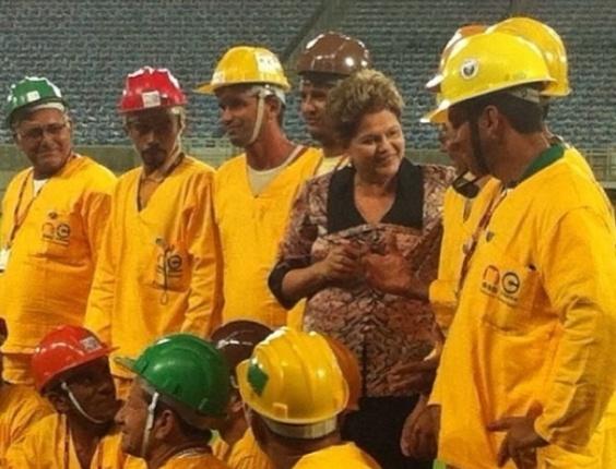 22.jan.2014 - Presidente Dilma posa ao lado de operários durante inauguração da Arena das Dunas