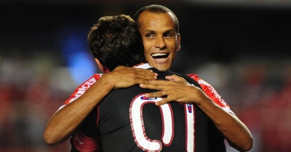 22.jan.2014 - Rivaldo e Rogério Ceni se abraçam antes do duelo entre SP e Mogi no Morumbi pelo Paulistão