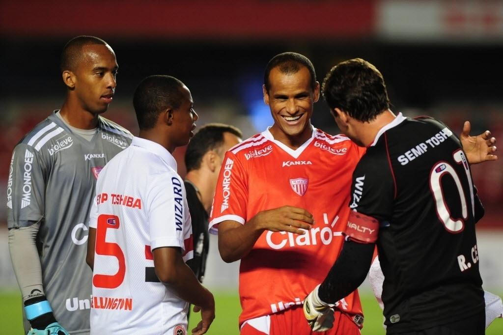 22.jan.2014 - Rivaldo e Rogério Ceni se cumprimentam antes do duelo entre SP e Mogi no Morumbi pelo Paulistão