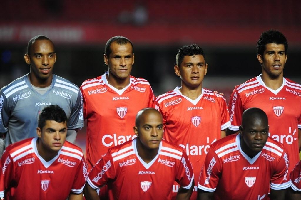 22.jan.2014 - Rivaldo posa com o time do Mogi Mirim no Morumbi, antes do duelo com o São Paulo pela segunda rodada do Paulistão
