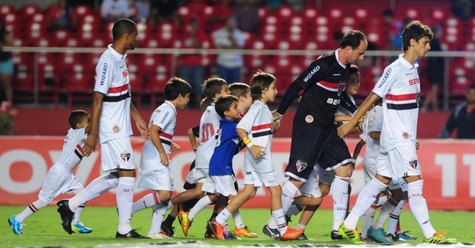 22.jan.2014 - Rogério Ceni, no dia em que completa 41 anos, entra em campo cercado por crianças para São Paulo e Mogi Mirim