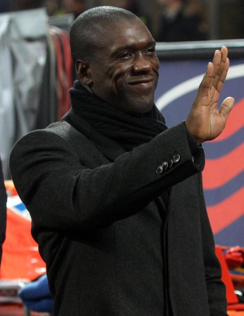 22.jan.2014 - Seedorf acena do banco de reservas durante jogo entre Milan e Udinese pela Copa da Itália