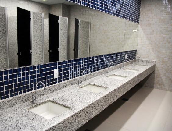 22.jan.2014 - Detalhe do banheiro que pode ser utilizados pelos torcedores na Arena das Dunas