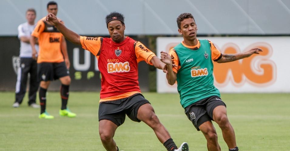23 jan 2014 - Meia-atacante Ronaldinho Gaúcho e lateral Marcos Rocha durante treinamento na Cidade do Galo, em Vespasiano