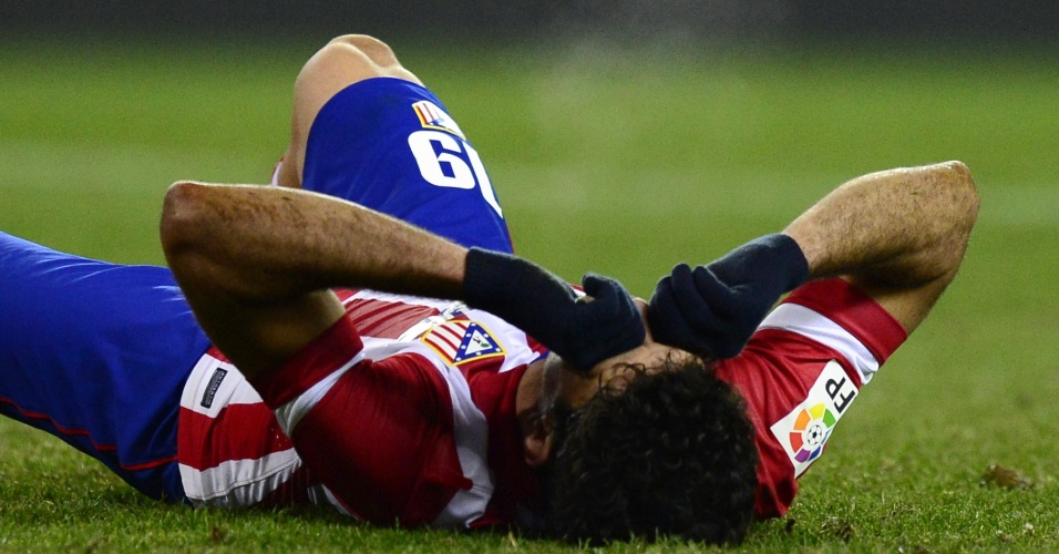 23.jan.2014 - Atacante Diego Costa cai no gramado e lamenta jogada durante a partida entre Atletico Madrid e Athletic Bilbao